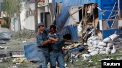 Một nữ cảnh sát Afghanistan bị thương trong vụ nổ ở Kabul, ngày 24/5/2013.