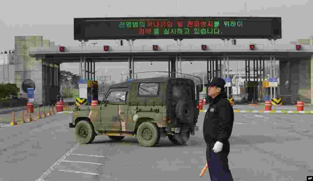 一辆韩国军车2013年4月8日经过板门店村边界附近通往朝鲜开城地区的海关,移民和检疫局的关口。