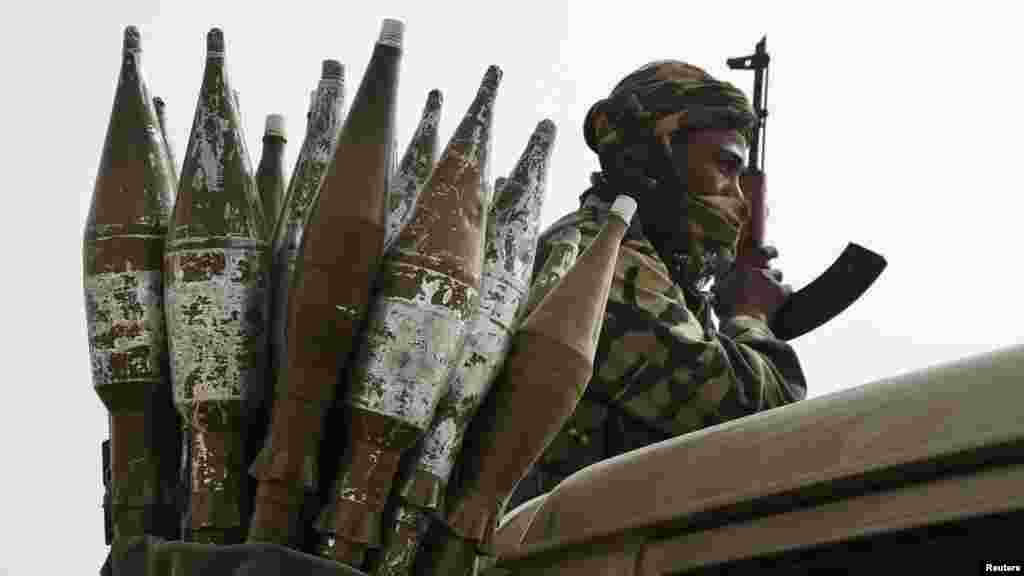 Un soldat tchadien perché sur une camionnette à côté d'un sac des roquettes à Gambaru, Nigeria, le 26 février 2015.