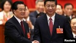 14일 중국 베이징의 인민대회당에서 열린 전국인민대표대회 12기 1차회의에서, 새로 선출된 시진핑 국가주석(오른쪽)이 전임자인 후진타오 주석과 악수하고 있다.