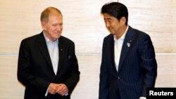 30일 신조 아베 총리(오른쪽)가 자신의 관저에서 마이클 커비 유엔 북한인권 조사위원장을 접견했다.
