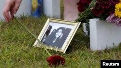 سانٹا فی ہائی سکول میں طالب علم، سبیکا کی یادگار پر پھول رکھ رہے ہیں۔