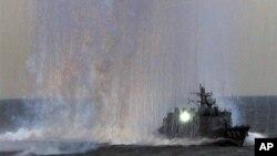 지난 10월 미사일 발사 훈련 중인 일본 해상자위대 함정. (자료사진)