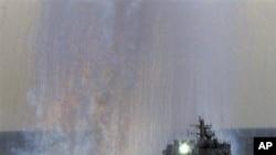 日本海上自卫队的一艘导弹巡逻舰在东京以南的相模湾接受检阅时发射诱饵导弹