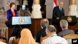 Ủy viên đặc trách Chính sách Đối ngoại EU Catherine Ashton và Phó Tổng thống lâm thời Ai Cập Mohamed ElBaradei nói chuyện tại một cuộc họp báo chung, 30/7/13