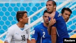 意大利球员齐埃利尼称2014年6月24日乌拉圭球员苏亚雷斯咬他的肩膀