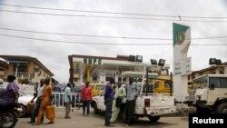 人们在拉各斯的加油站等待加油(2016年4月5日)