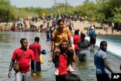 Người di cư vượt sông Del Rio.