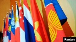 东盟组织的旗帜和成员国国旗(2008年7月23日)