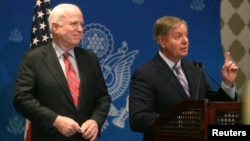 美國參議員麥凱恩和格雷厄姆星期二在開羅發表談話。