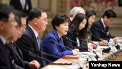 박근혜 한국 대통령(가운데)이 19일 청와대 영빈관에서 열린 '통일준비'를 주제로 하는 통일부·외교부·국방부·국가보훈처 등 4개 부처 업무보고에서 모두 발언을 하고 있다.