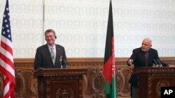 امریکا د دفاع وزیر به افغانستان ته د خپل سفر پر وخت په دغه هیواد کې د میشتو امریکایي عسکرو سره هم لیده کاته وکړي