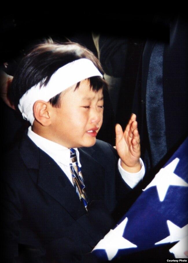 Nguyễn Hồ Ngọc An trong đám tang của bố