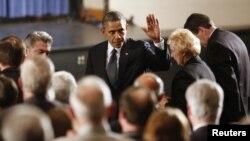 奧巴馬總統星期天晚,參加了在康州紐敦中學的悼念槍擊案遇害者燭光祈禱會,與遇害者家人見面並 給予慰問
