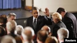 Presiden Barack Obama tiba dalam upacara doa bersama di SMA Newtown untuk para keluarga korban penembakan massal di SD Sandy Hook di Newtown, Connecticut (16/12). (Foto: Reuters)