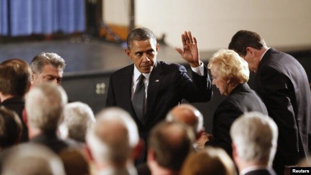 """""""No están solos en su dolor"""", les dijo el presidente Obama a los familiares de niños y profesores muertos."""