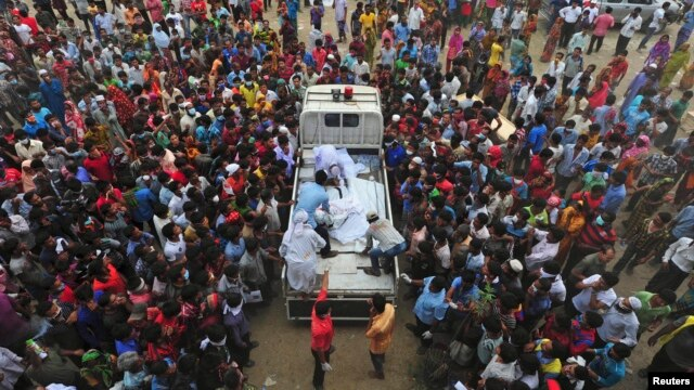 Relatives of garment workers who were working in the Rana Plaza building when it collapsed, gather around a truck carrying dead bodies, in Savar, 30 km (19 miles) outside Dhaka, April 27, 2013.