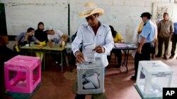 Todavía no se ha anunciado oficialmente el nombre del candidato ganador, aunque el derechista Juan Hernández ya se proclamó vencedor ante Xiomara Castro, esposa del derrocado presidente Manuel Zelaya.