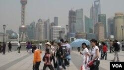 上海外滩上的游人和浦东的高楼,《澎湃新闻》总部在上海(美国之音张楠拍摄)