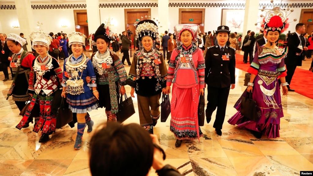 2018年3月5日在北京人民大會堂舉行全國人大會議開幕式後,穿著各民族服裝的代表們離開會場。