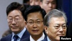 Từ phải: Các ứng cử viên đảng Dân chủ Moon Jae-in, Choi Sung và Lee Jae-myung tham dự một sự kiện ở Seoul, 14/3/2017.