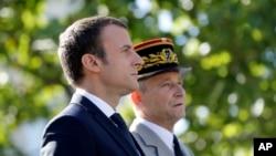 امانوئل ماکرون رئیس جمهوری فرانسه (چپ) و پیر دو ویلیه رئیس ستاد مشترک نیروهای مسلح فرانسه - آرشیو
