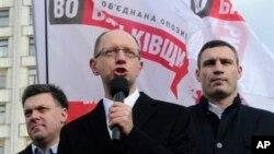 Олег Тягнибок, Арсений Яценюк, Виталий Кличко.