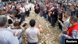 2014年5月15日土耳其西部省索玛:人们悼念死难矿工