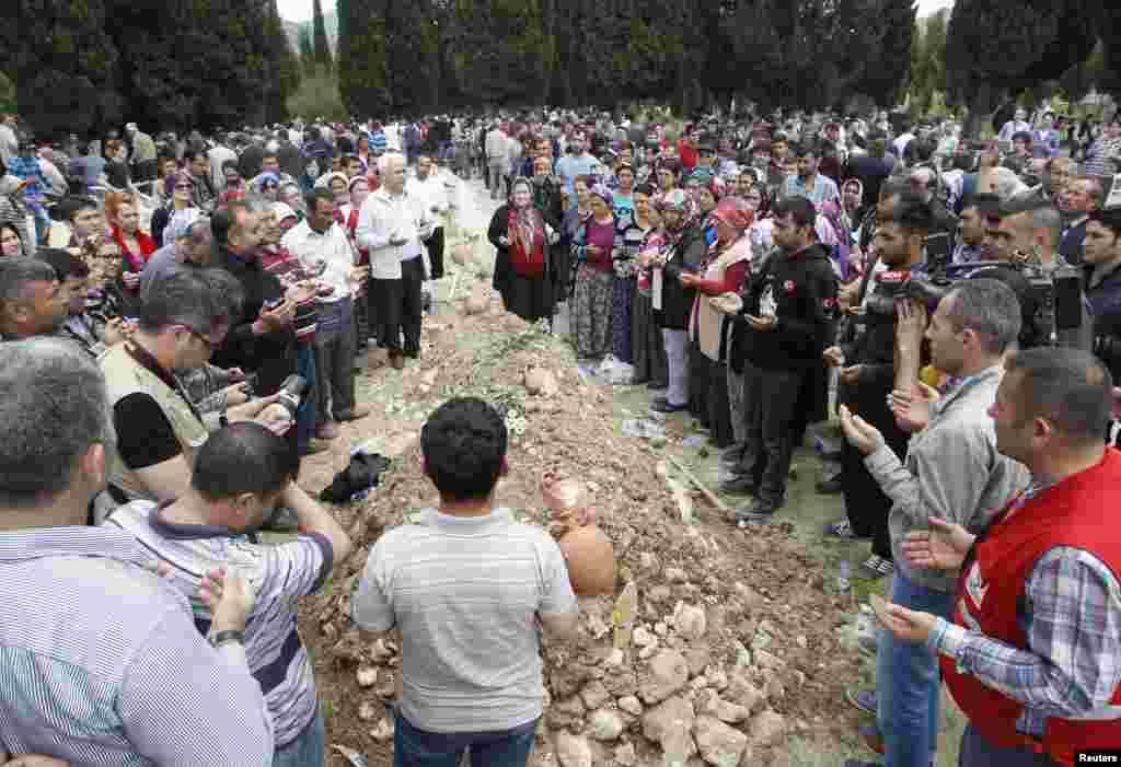 Daş kömür mədənindəki qəza səbəbindən ölənlər dəfn edilir - 15 may, Manisa, 2014