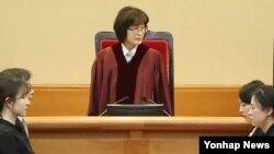 이정미 헌법재판소장 권한대행이 16일 박근혜 대통령 탄핵심판 14차 변론을 위해 서울 종로구 헌법재판소 대심판정으로 들어서면서 참석자들을 바라보고 있다.