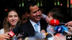 Pemimpin oposisi Venzuela Juan Guaido bersama istrinya (Fabiana Rosales) putrinya Miranda saat memberikan pernyataan kepada media di Caracas, Kamis (31/1).
