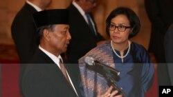 Dr. Sri Mulyani Indrawati (kanan) berbincang dengan Jenderal (purn.) Wiranto menjelang pelantikan di Istana Negara, Jakarta, Rabu 27 Juli 2016.