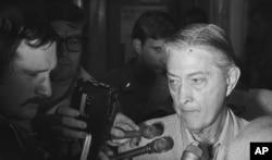 Đại sứ Mỹ tại miền Nam Việt Nam Graham Martin trả lời báo chí trên tàu USS Blue Ridge sau khi sơ tán khỏi tòa đại sứ ở Sài Gòn ngày 30/4/1975. (AP Photo)