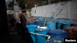 Los precursores químicos almacenados a la intemperie son un riesgo permanente para las comunidades.
