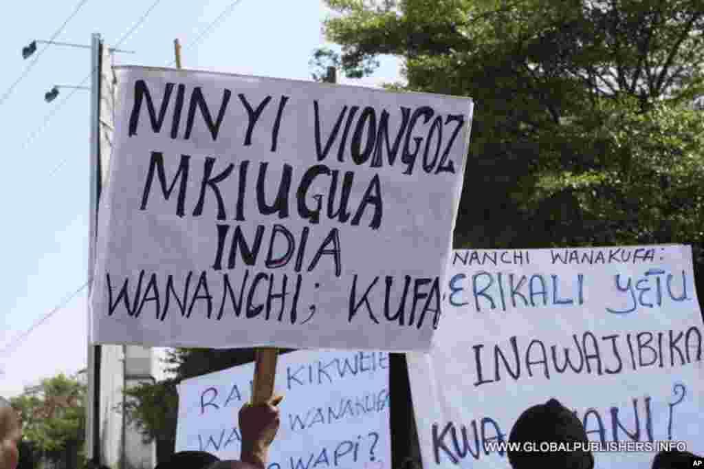 Mabango yaliyobebwa na waandamanaji kuitaka serikali kutanzua mgomo wa madaktari.