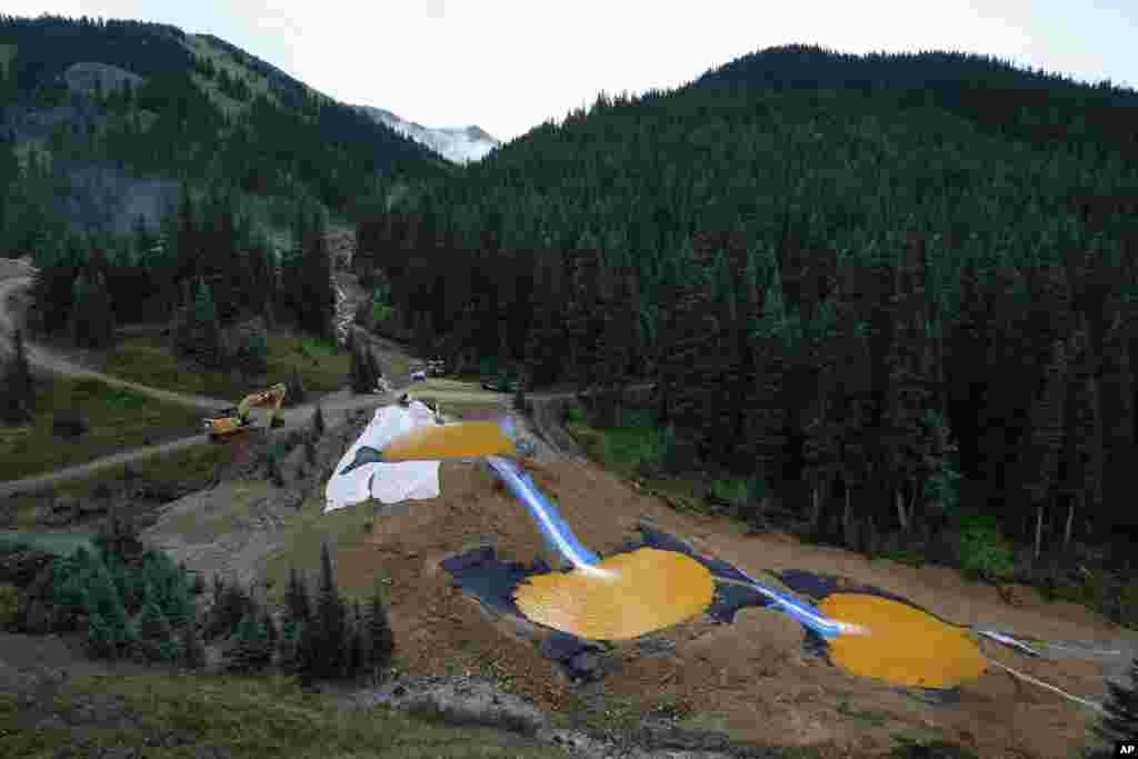 Nước chảy qua một loạt những cái ao lưu giữ được đào để chứa và lọc ra những kim loại nặng và hóa chất từ vụ tai nạn nước thải mỏ Gold King, cách mỏ một phần tư dặm về phía hạ nguồn, bền ngoài thị trấn Silverton, bang Colorado, Mỹ.