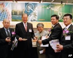 胡浩德(左二)出席台荷合作会议