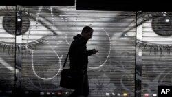 미 국가안보국이 일반인들의 휴대전화 정보를 하루 50억건씩 수집했다는 주장이 나왔다. 사진은 스페인 마드리드에서 한 시민이 휴대전화를 사용하고 있다.