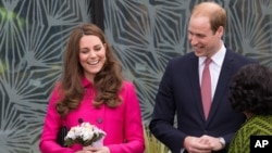 Pangeran William dan Duchess of Cambridge, Kate Middleton, dalam sebuah tur di Stephen Lawrence Center di London (27/3).