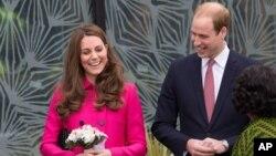 Pangeran William dan Duchess of Cambridge, Kate Middleton, dalam sebuah tur di Stephen Lawrence Center di London (27/3).