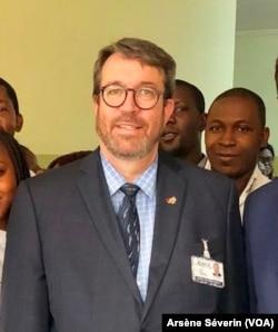 Sylvain Villiard, DG du CHU de Brazzaville, a trois ans pour sauver cet hôpital (VOA/Arsène Séverin)