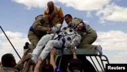 Kru kapal Soyuz TMA-03M saat mendarat di Kazakhstan Juli lalu. (Reuters)