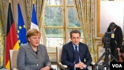 Kanselir Jerman Angela Merkel dan Presiden Perancis Nicolas Sarkozy memberikan keterangan pers setelah pertemuan di Istana Elysee, Paris (6/2).