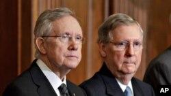 美國參議院多數黨民主黨領袖里德(左)與共和黨領袖麥康奈爾(右)。