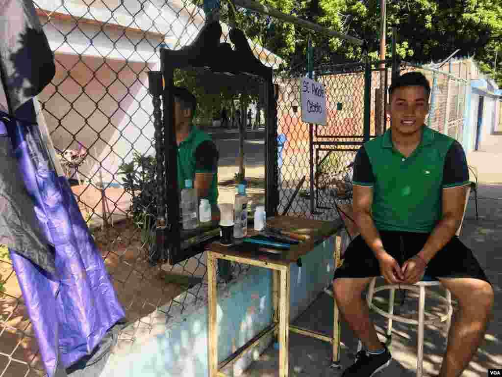 José Vicuña es uno de los tantos barberos de calle en Venezuela. Foto: Gustavo Ocando/VOA.
