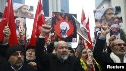 Demonstran Syiah membawa poster Sheikh Nimr al-Nimr dalam sebuah unjukrasa di depan Konsulat Arab Saudi di Istanbul, Turki, 3 Januari 2016.