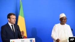 Le président français Emmanuel Macron, à gauche, et son homologue malien Ibrahim Boubacar Keita, lors d'une conférence de presse à Gao, le 19 mai 2017.