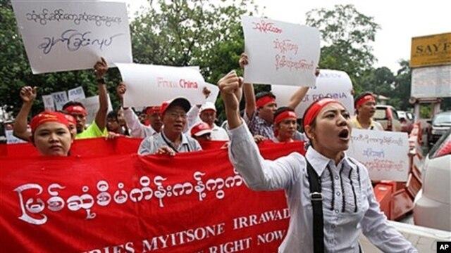 Burmese people in Kuala Lumpur, Malaysia, protest Myitsone hydropower dam project, Sept. 22, 2011.