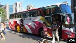 在台北101大楼前的陆客旅游巴士