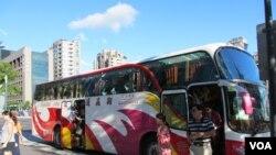 在台北101大楼前的陆客旅游巴士(美国之音张永泰拍摄)